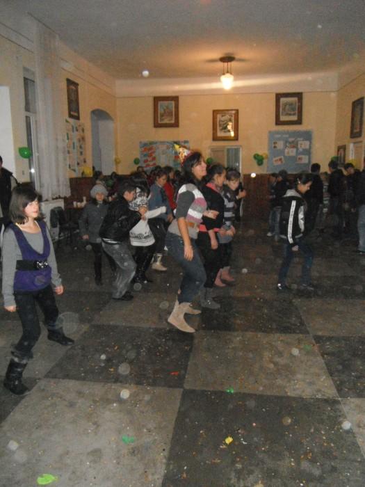 dancing to El Meneaito